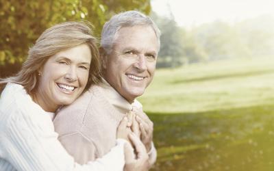 Dentes amarelados na melhor idade: por que esse efeito acontece com o passar do tempo?